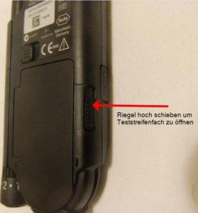 Riegel nach oben schieben um Teststreifenfach zu öffnen und Teststreifenkassette zu wechseln